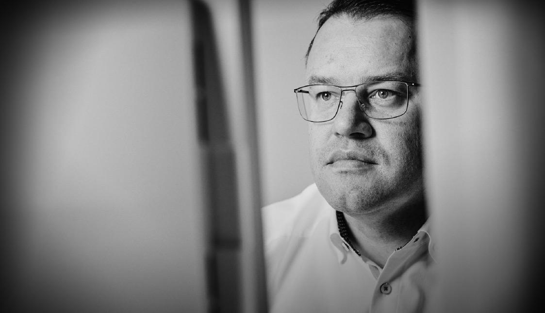 arvenio Geschäftsführer Stefan Walliser blickt in einem Bildschirm