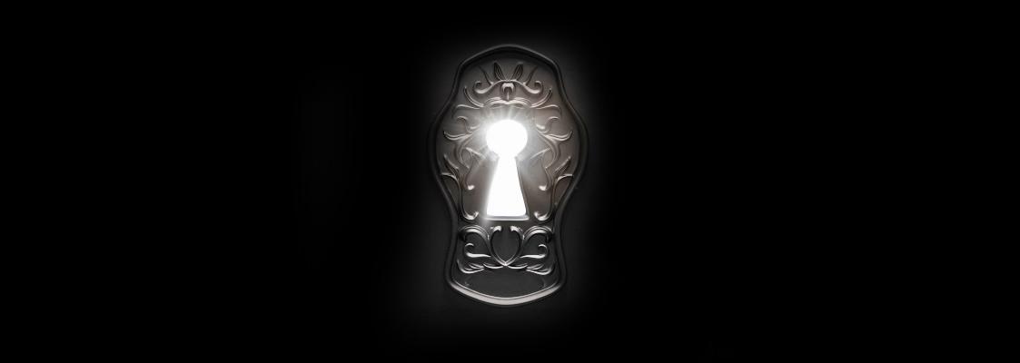 Ein Schlüsselloch auf schwarzem Hintergrund