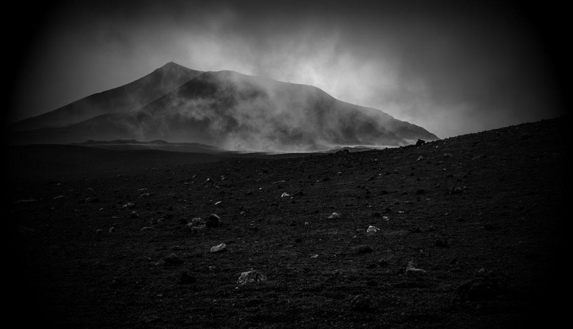 Eine öde Marslandschaft in schwarz und weiß