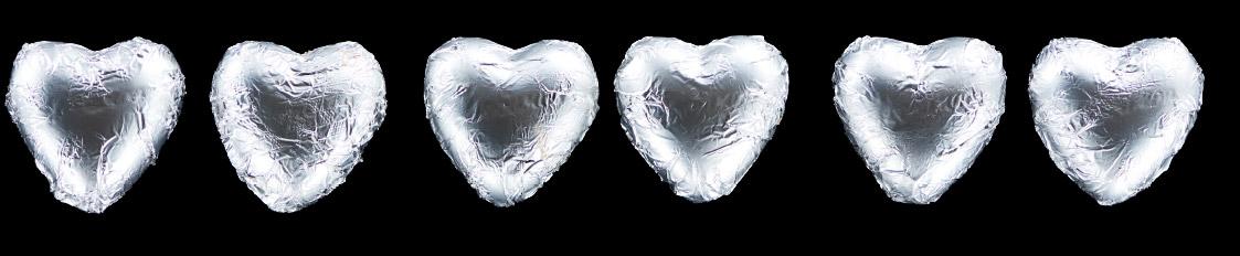 Herzen auf schwarzem Hintergrund
