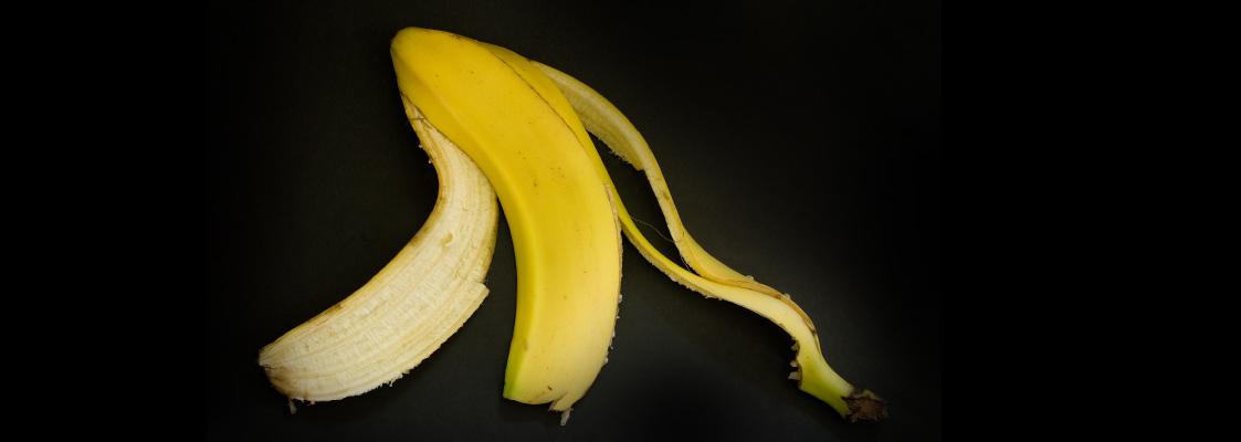 Eine Bananenschale vor schwarzem Hintergrund