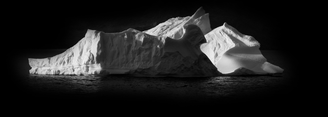 Eisberge im Meer vor dunklem Hintergrund