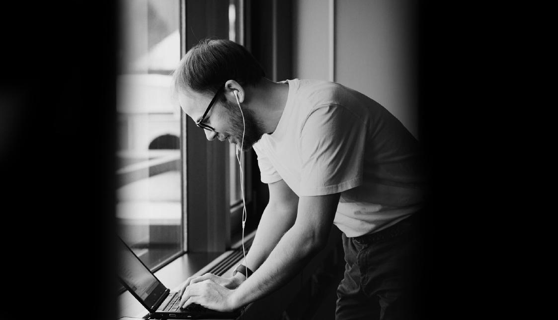 arvenio Mitarbeiter Raphael Roth an einem Laptop bei der Betreuung eines Kunden
