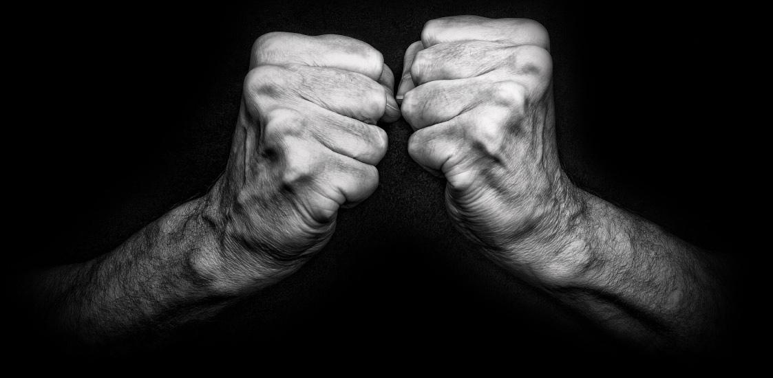 Zwei zur Faust geballte Hände