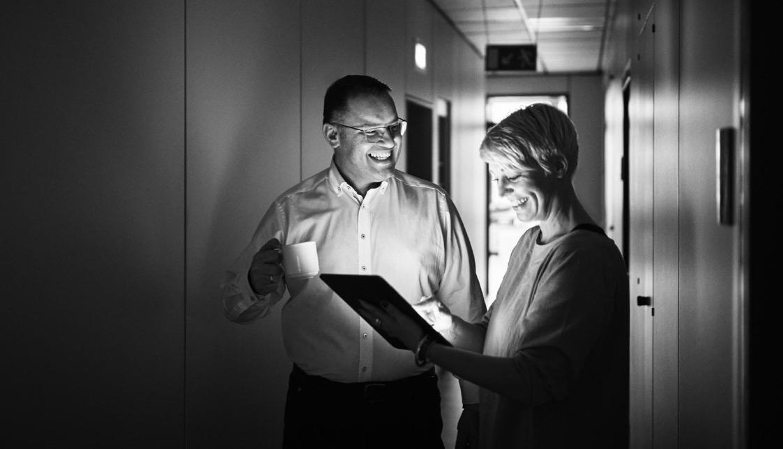 Geschäftsführer Stefan Walliser und Grafikerin Patricia Deuring sind im Gespräch