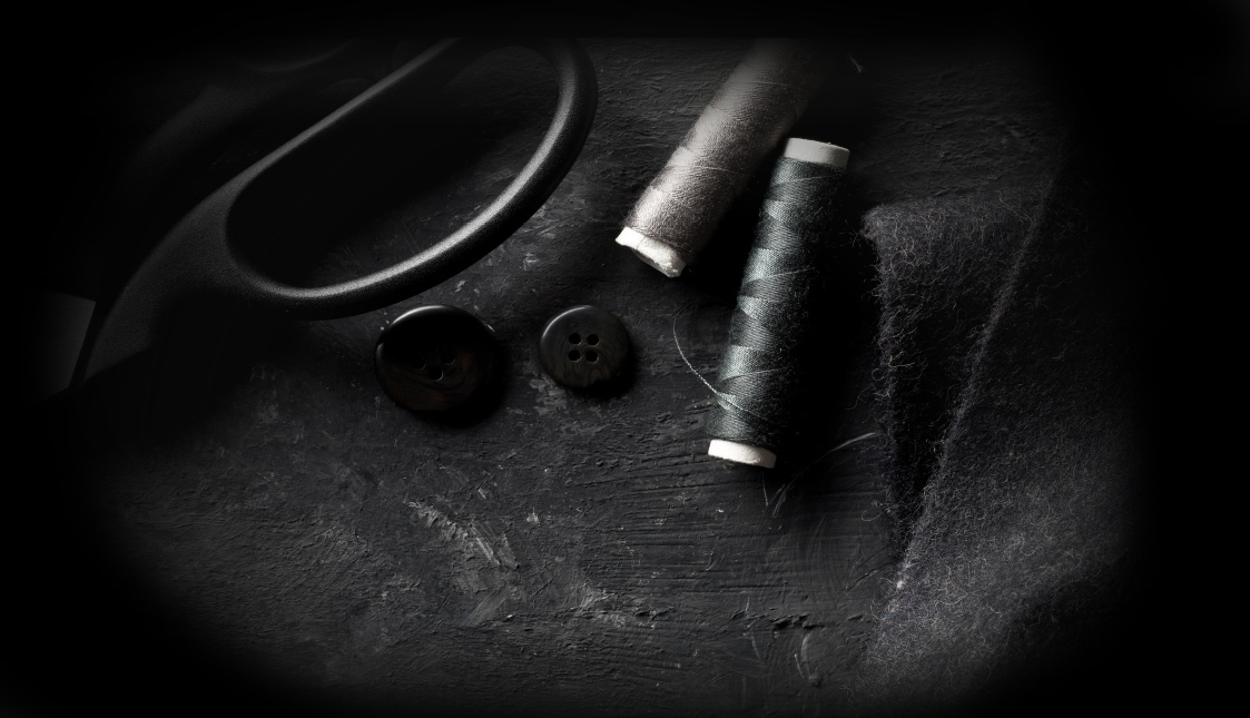 Schwarzer Gran mit Knöpfen und einer schwarzen Scheere