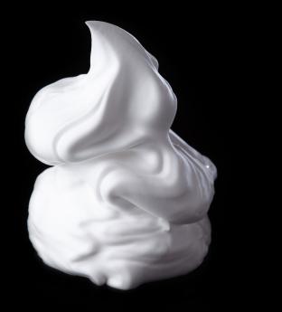 Weißes Softeis auf schwarzem Hintergrund