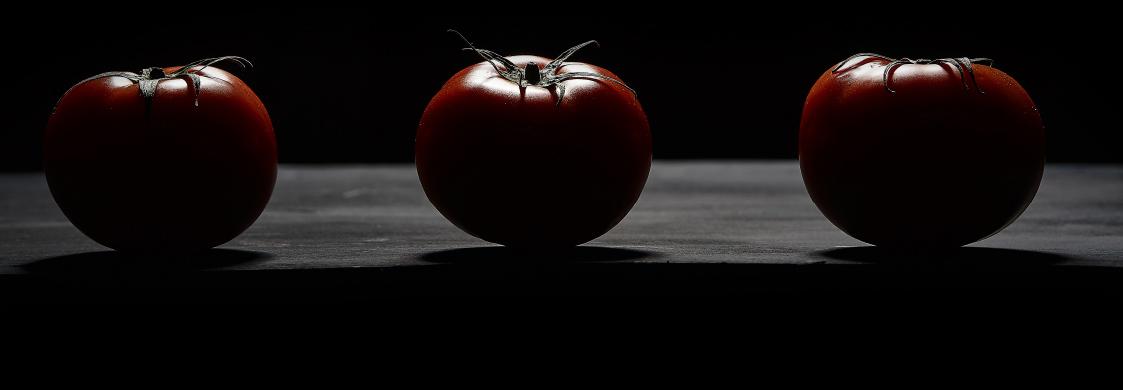 Rote Tomaten auf schwarzem Hintergrund