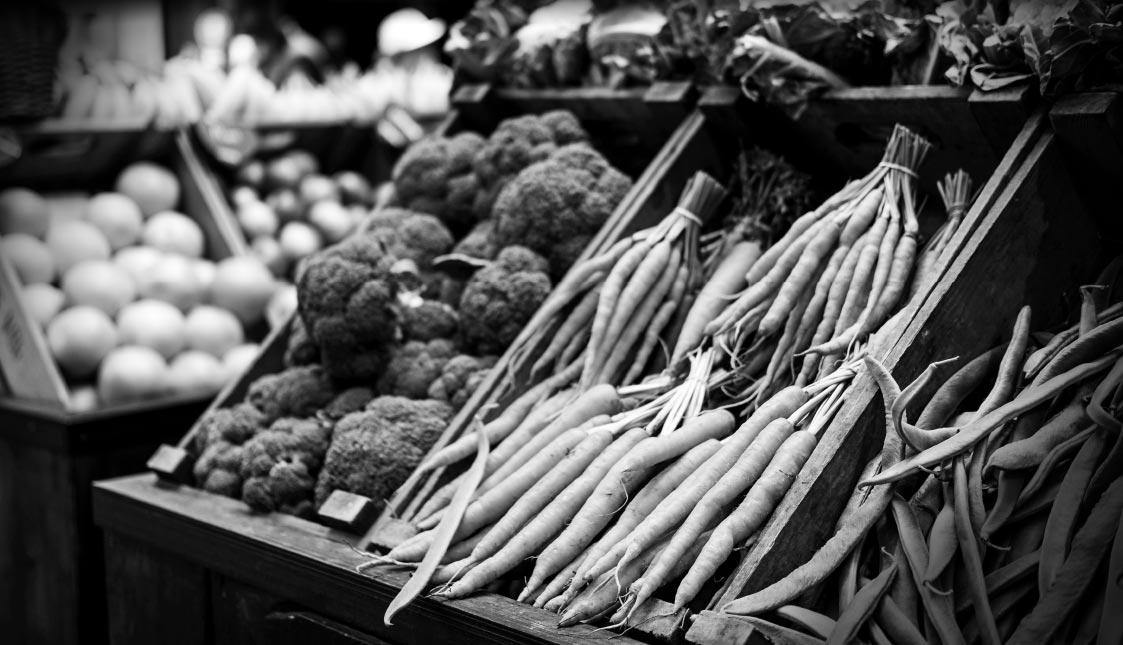 Gemüse auf einem Marktplatz in schwarz und weiß