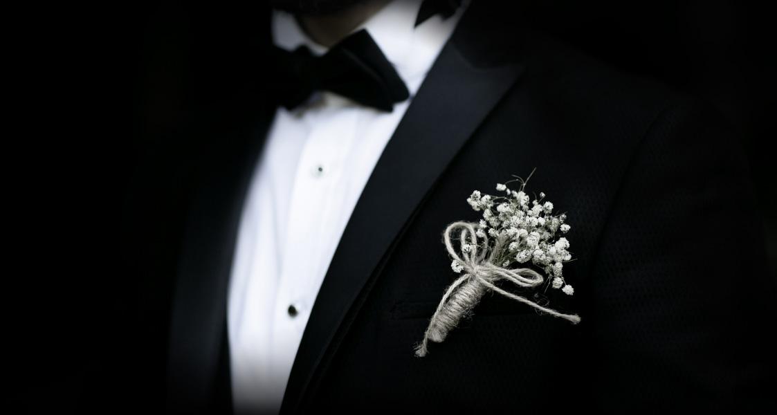 Ein eleganter Smoking mit einer Ansteckblume in schwarz und weiß