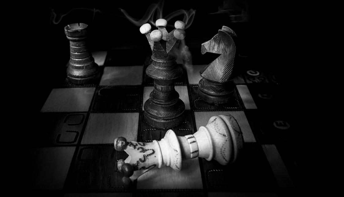 Ein Schachspiel, in dem der eine König den anderen besiegt hat