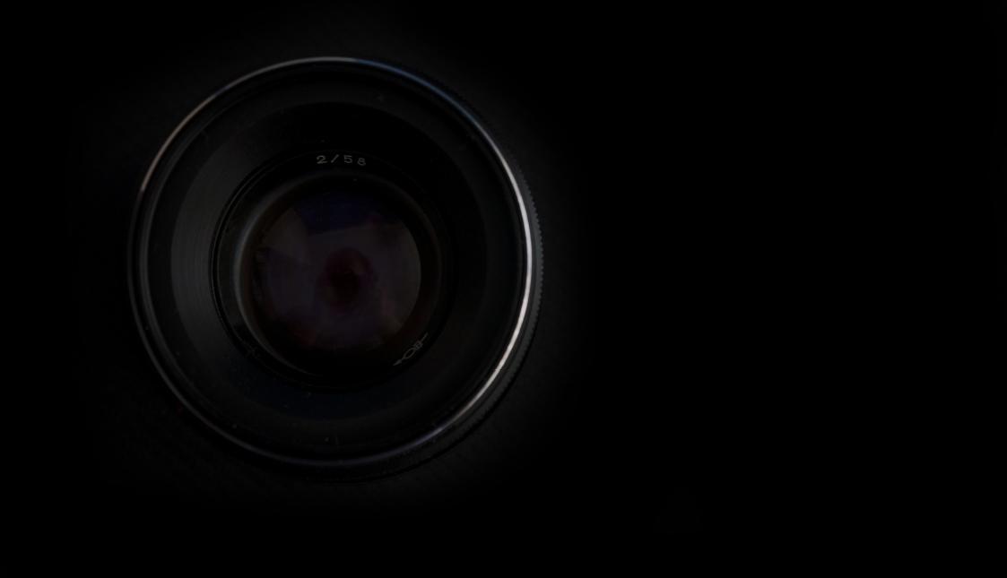 Eine Kameralinse vor schwarzem Hintergrund