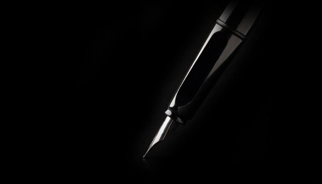Ein Füller vor einem schwarzen Hintergrund
