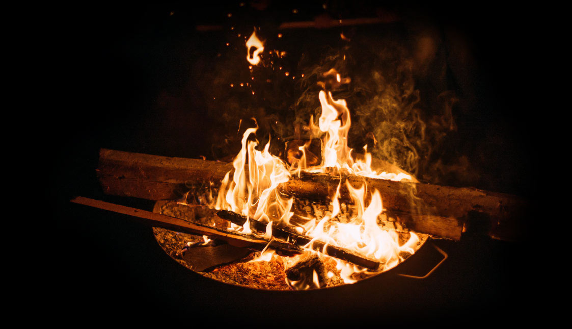 Ein loderndes Feuer auf schwarzem Hintergrund